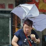 嵐の中で肉まん食べるBBAがかっこいいと話題に